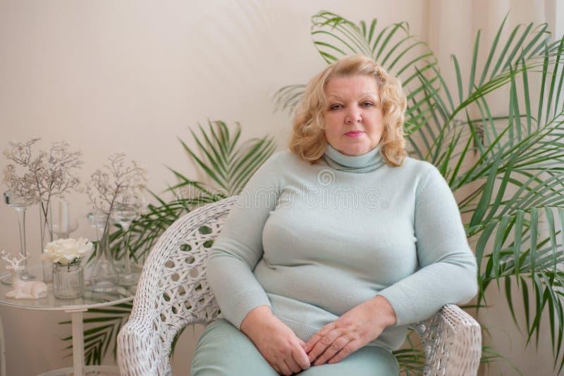 Retrato de un blonde mayor de la mujer imagen de archivo