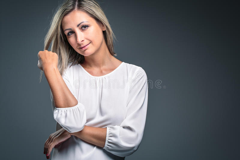 Retrato de un blonde muy atractivo imagenes de archivo