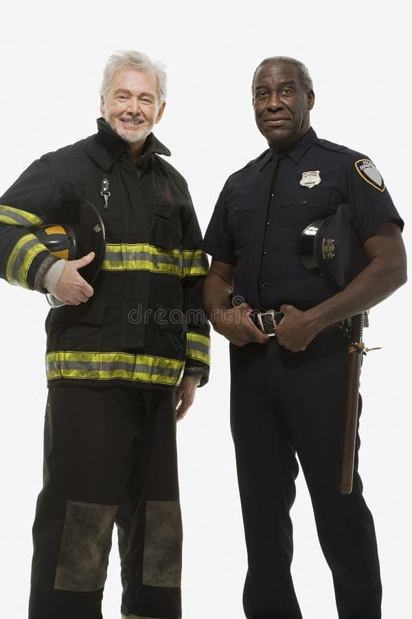 Retrato de un bombero y de un oficial de policía imagen de archivo