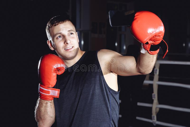 Retrato de un boxeador de sexo masculino que toma un selfie en el teléfono fotos de archivo