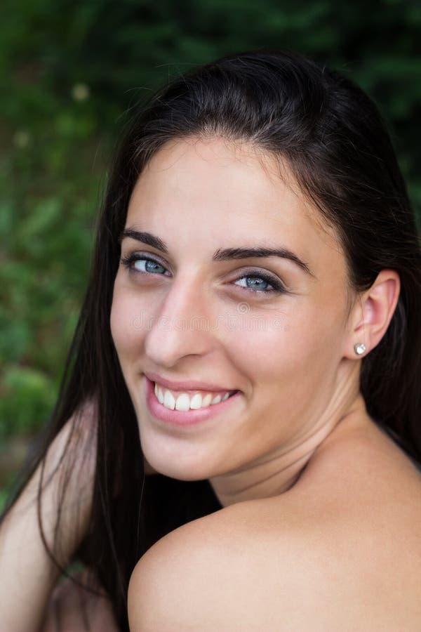 Retrato de un brunette sonriente hermoso imagenes de archivo