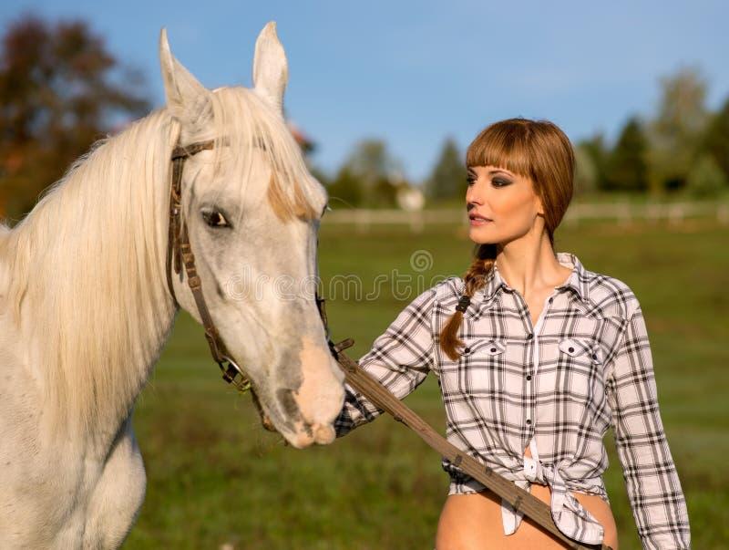 Retrato de un caballo blanco y de una mujer foto de archivo