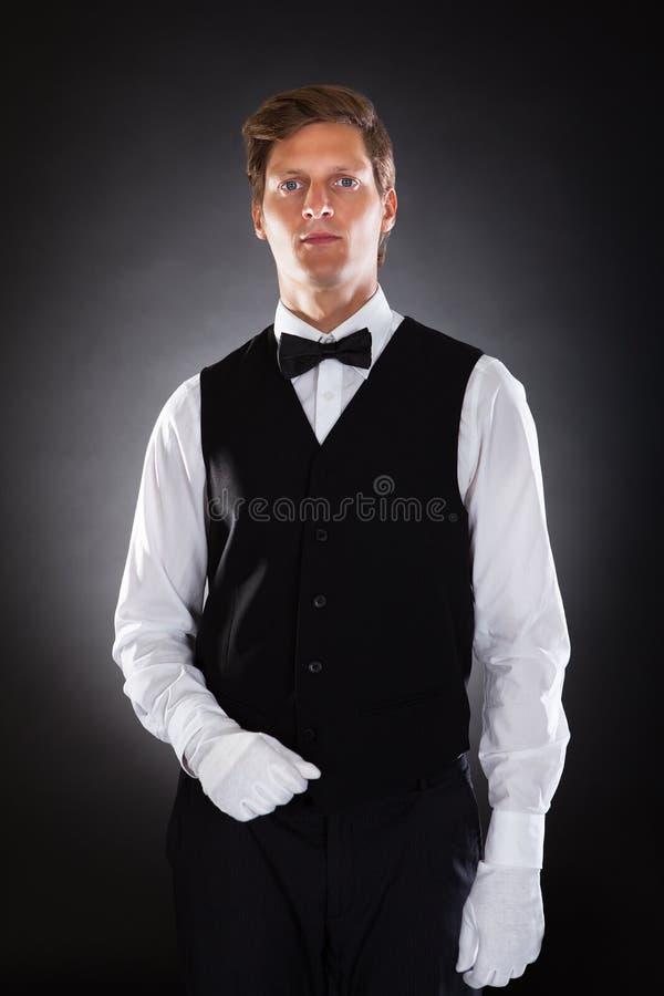 Retrato de un camarero de sexo masculino imagenes de archivo