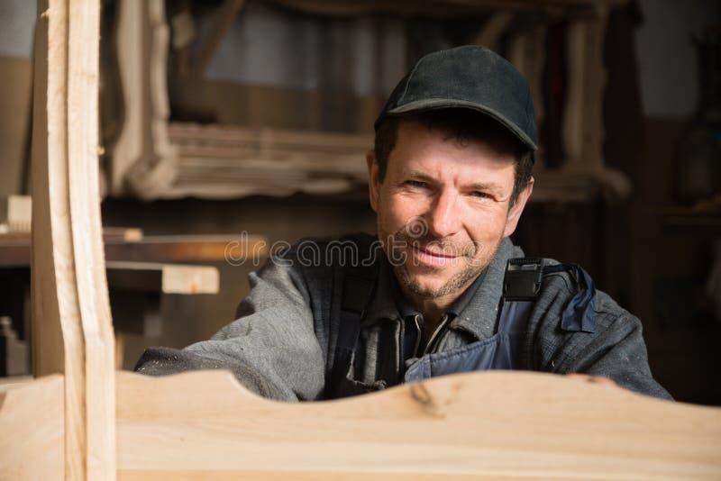 Retrato de un carpintero sonriente fotografía de archivo libre de regalías