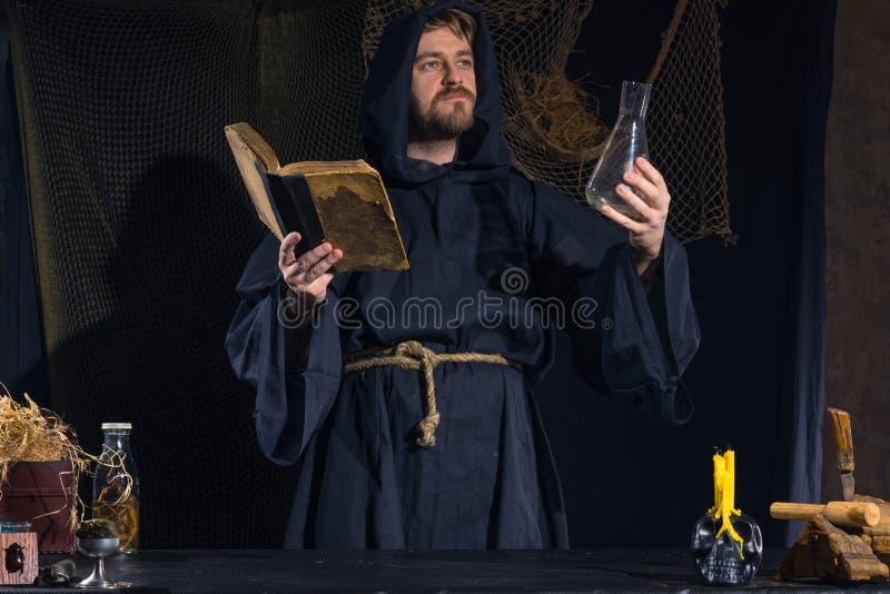 Retrato de un científico medieval loco que trabaja en su laboratorio fotos de archivo