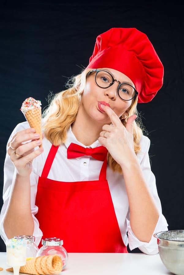Retrato de un cocinero joven encantador hermoso fotos de archivo libres de regalías