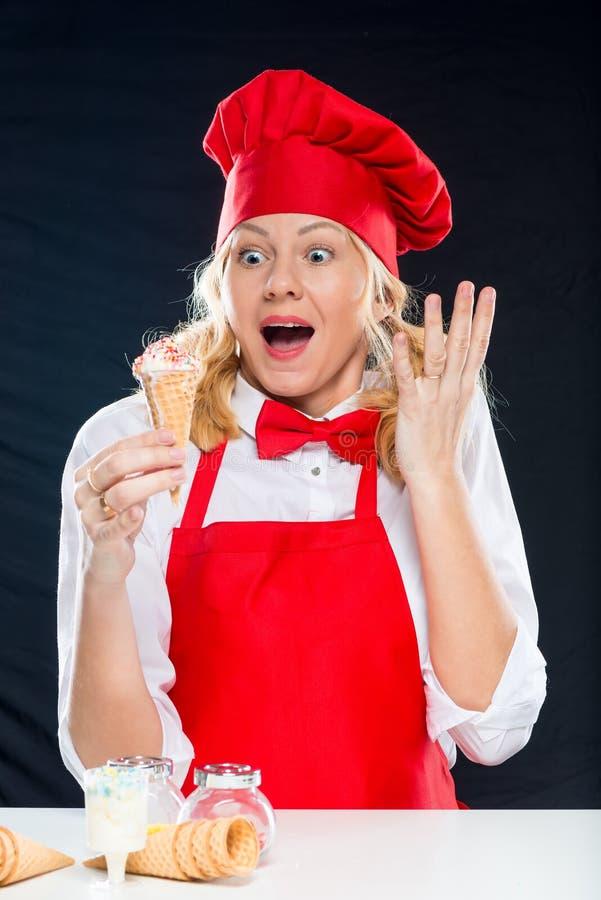 Retrato de un cocinero loco y sorprendido con helado en un waffl imagen de archivo libre de regalías
