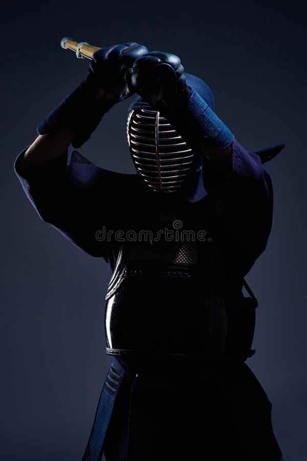 Retrato de un combatiente del kendo con shinai fotografía de archivo