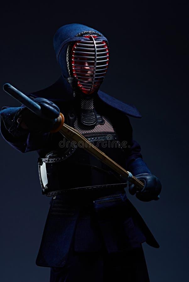 Retrato de un combatiente del kendo con shinai fotografía de archivo libre de regalías