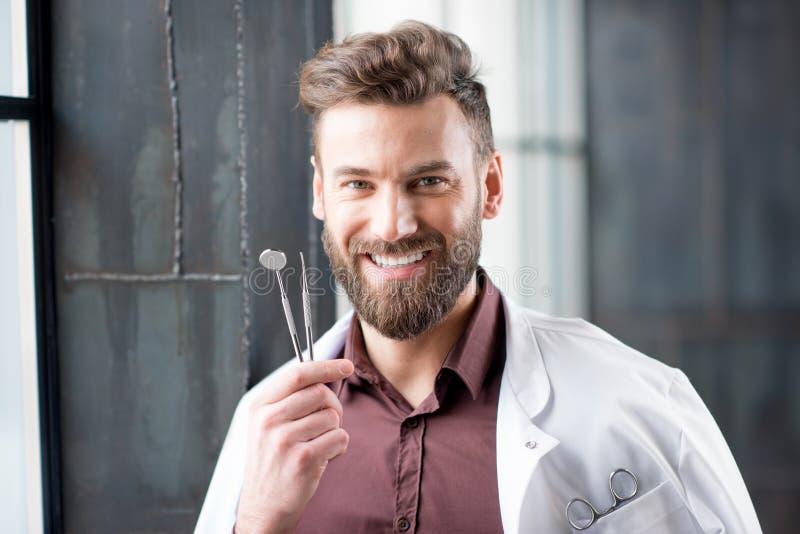 Retrato de un dentista cerca de la ventana fotos de archivo