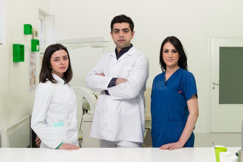 Retrato de un dentista joven And His Assistant fotos de archivo libres de regalías