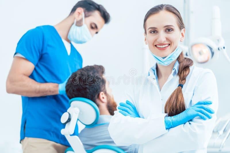 Retrato de un dentista de sexo femenino confiado que mira la cámara en fotos de archivo