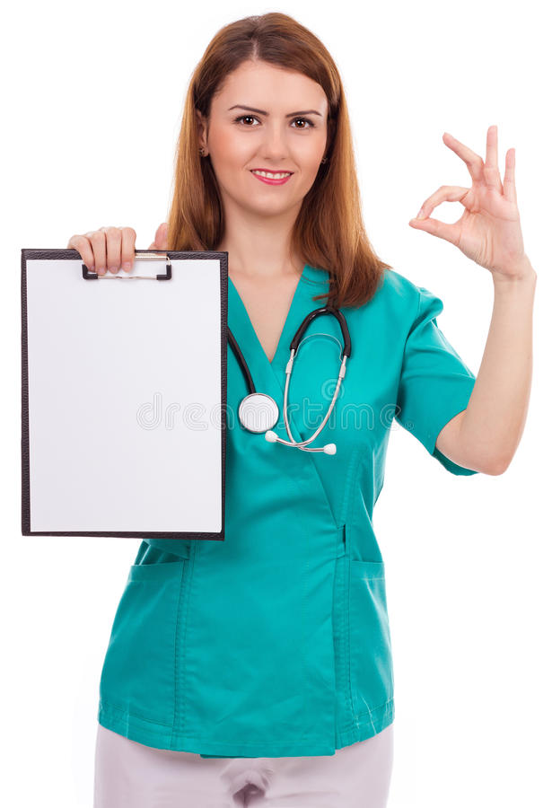 Retrato de un doctor de sexo femenino joven que lleva a cabo un tablero y un showin fotos de archivo