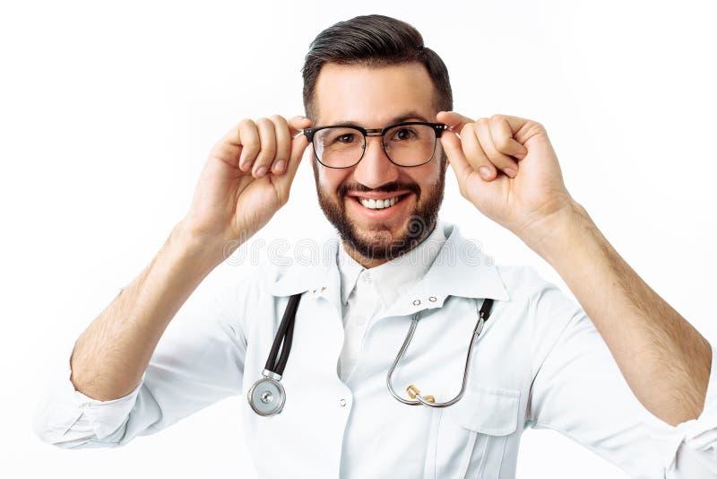 Retrato de un doctor joven, en un fondo blanco, interno en imágenes de archivo libres de regalías