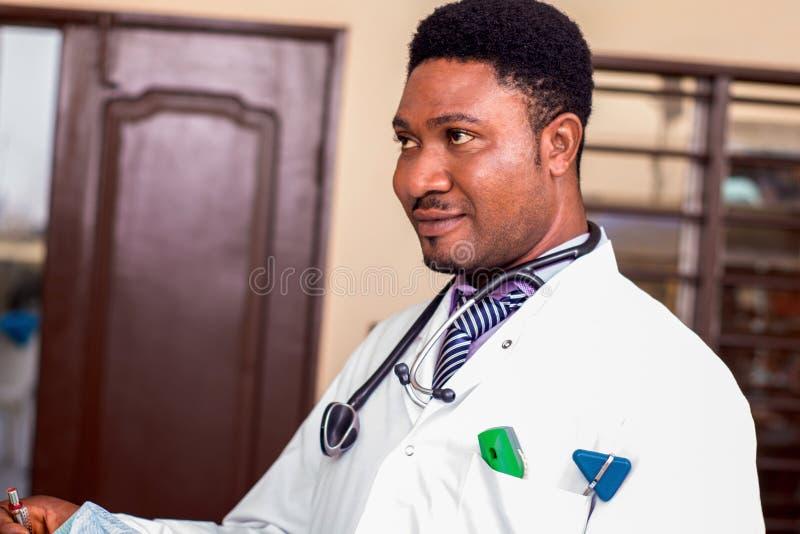 Retrato de un doctor joven foto de archivo
