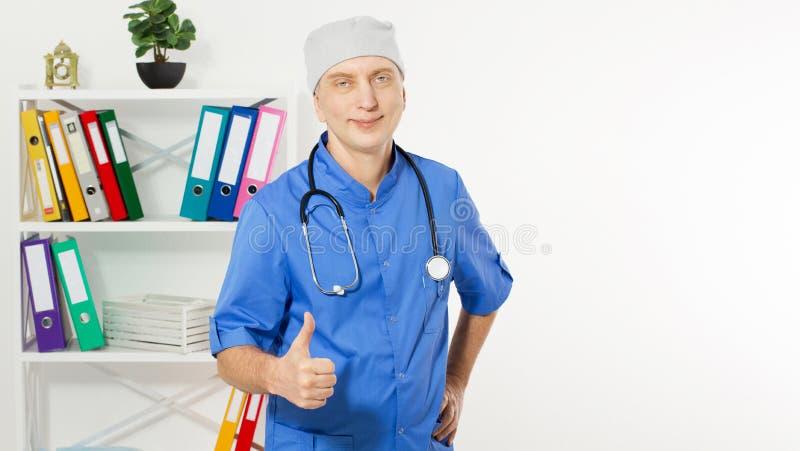 Retrato de un doctor maduro confiado Looking At Camera y demostración como la muestra aislada en fondo médico de la oficina fotos de archivo
