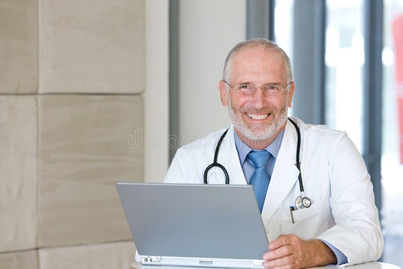 Retrato de un doctor que cuida mayor foto de archivo