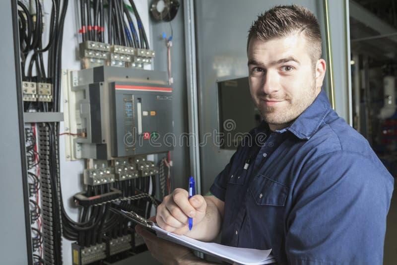 Retrato de un electricista en un cuarto fotografía de archivo libre de regalías