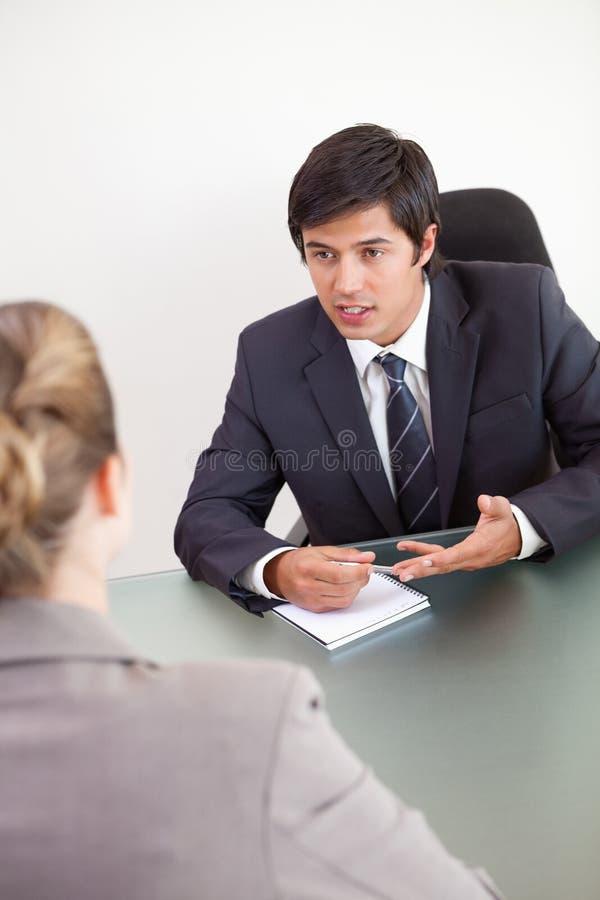 Retrato de un encargado que se entrevista con a un candidato femenino imagenes de archivo