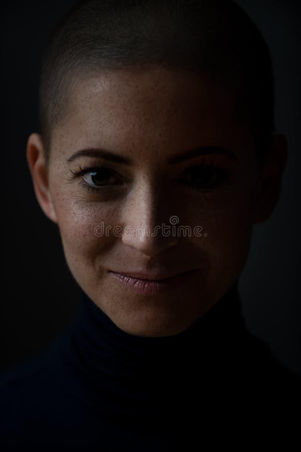 Retrato de un enfermo de cáncer femenino sonriente valeroso joven hermoso, con la cabeza afeitada Mujer, enfermo de cáncer, retra fotografía de archivo libre de regalías
