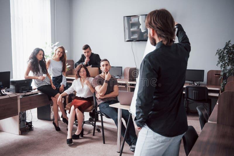 Retrato de un equipo creativo feliz de gente que habla en la oficina en la reunión imágenes de archivo libres de regalías