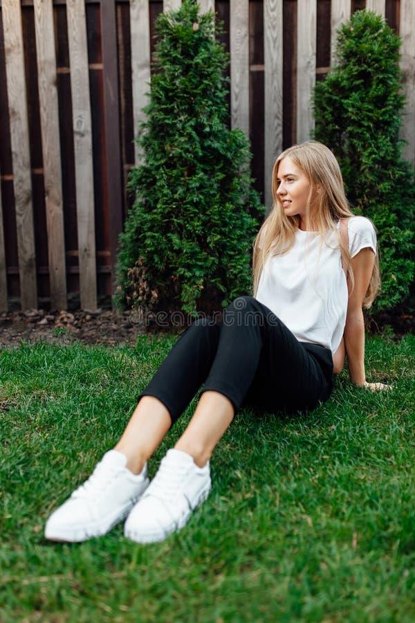 Retrato de un estudiante joven, al aire libre La muchacha se sienta encendido imágenes de archivo libres de regalías