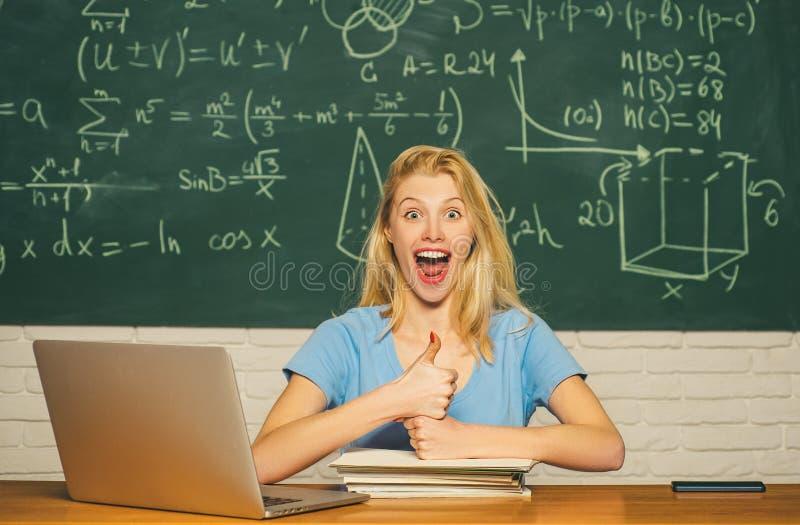 Retrato de un estudiante de mujer hermoso Humor feliz que sonr?e ampliamente en universidad Estudiante universitario de sexo feme fotos de archivo