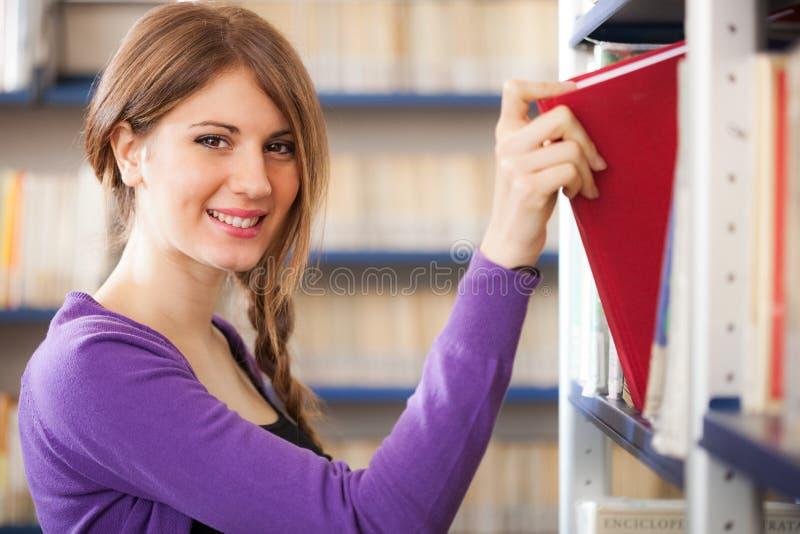 Estudiante que toma un libro fotos de archivo libres de regalías