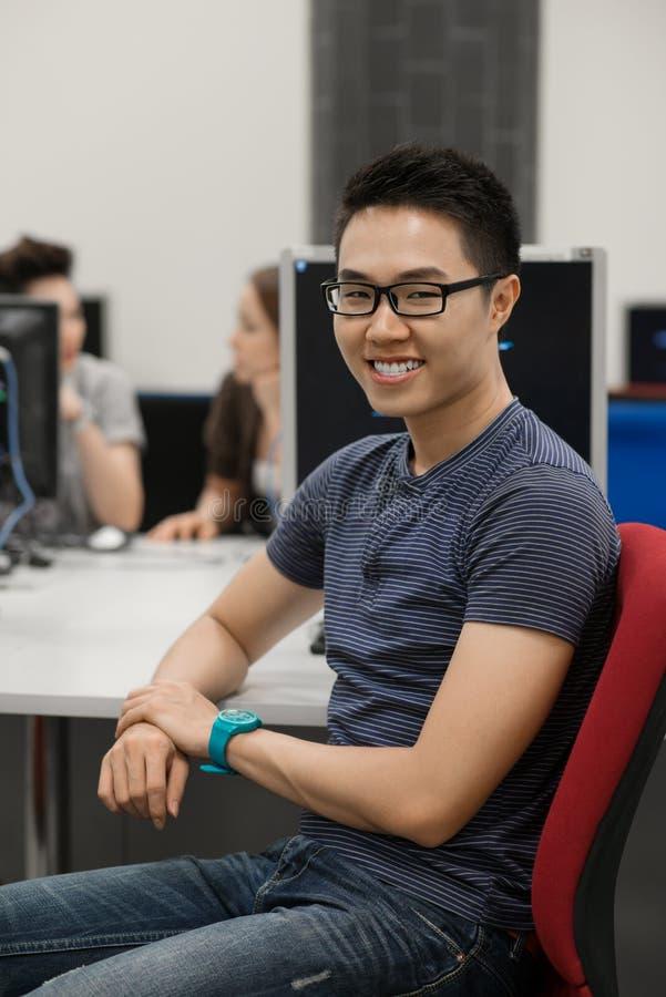 Programador joven foto de archivo