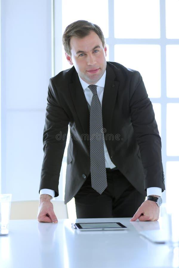 Retrato de un exterior derecho del hombre de negocios maduro confiado fotos de archivo