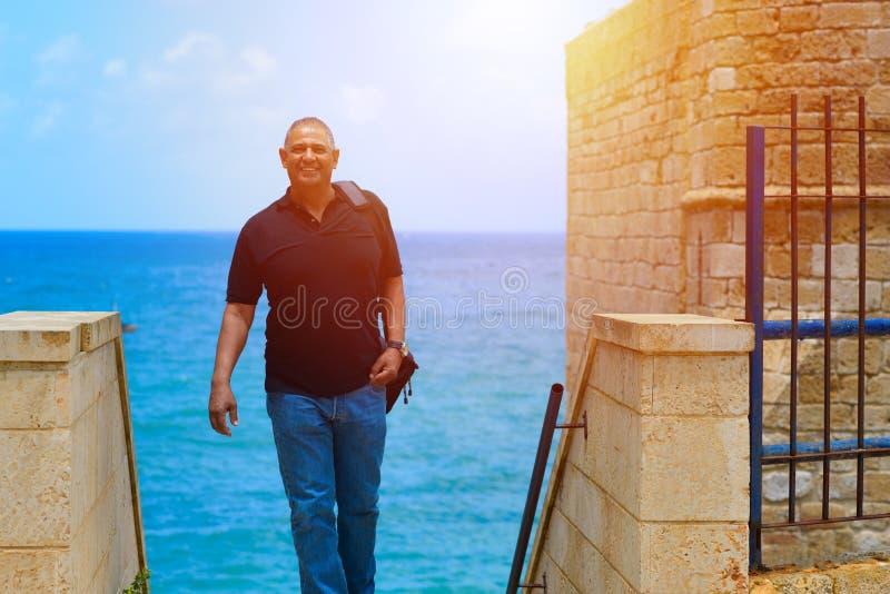 Retrato de un exterior derecho del hombre de negocios maduro confiado imagenes de archivo