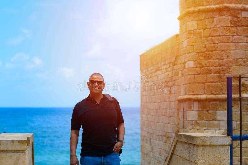 Retrato de un exterior que camina del viejo hombre de negocios turístico confiado imagen de archivo libre de regalías