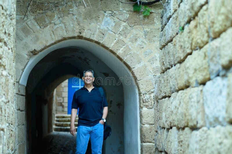 Retrato de un exterior que camina del viejo hombre de negocios turístico confiado fotografía de archivo