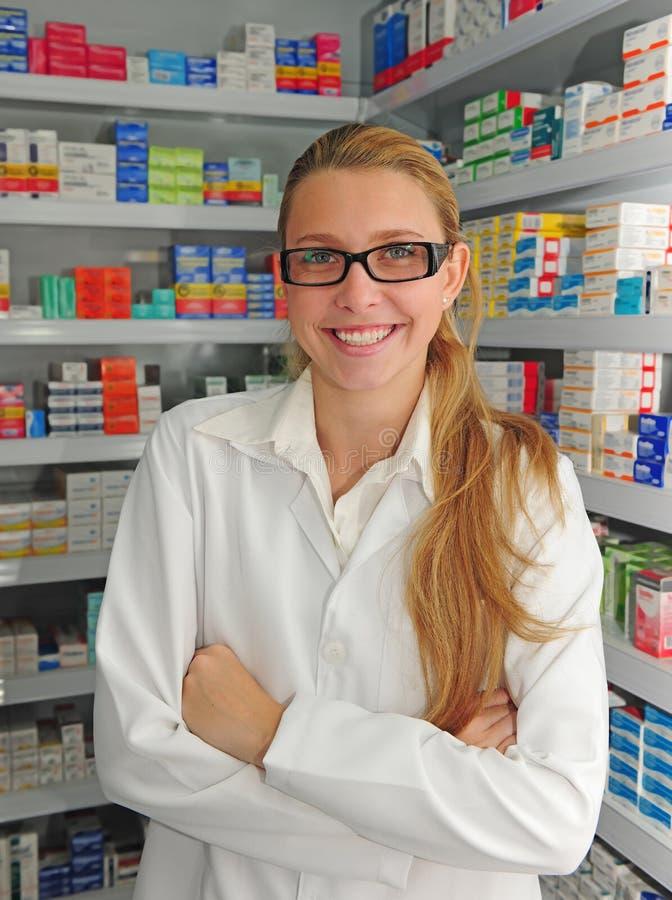Retrato de un farmacéutico de sexo femenino imagenes de archivo