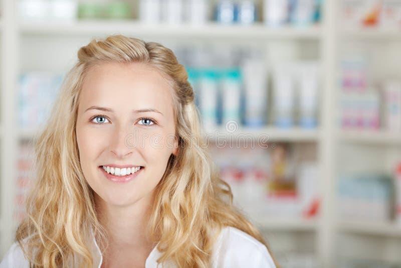 Retrato de un farmacéutico de sexo femenino At Pharmacy imagen de archivo libre de regalías