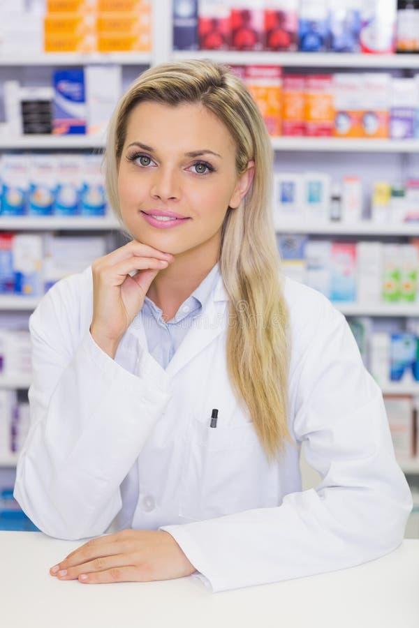 Retrato de un farmacéutico sonriente que mira la cámara fotografía de archivo