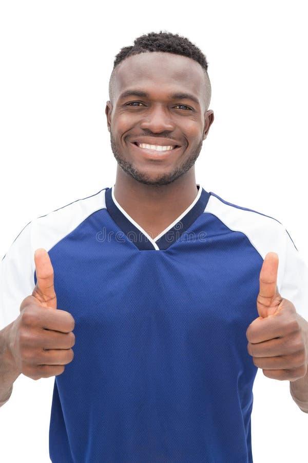 Retrato de un futbolista que gesticula los pulgares para arriba imagen de archivo