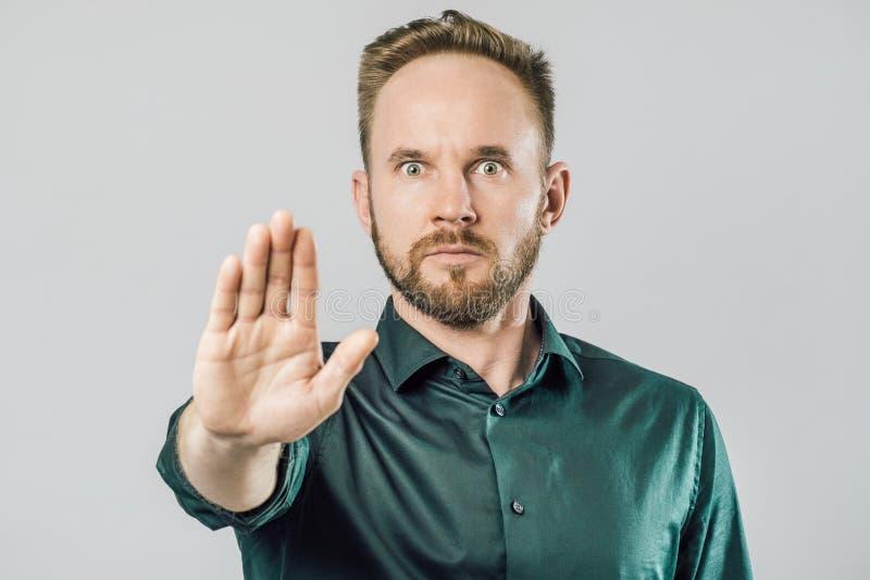 Retrato de un gesto serio de la parada de la demostración del hombre fotos de archivo libres de regalías