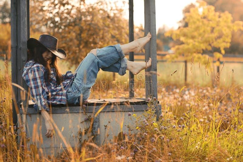 Retrato de un granjero de la mujer joven imagen de archivo
