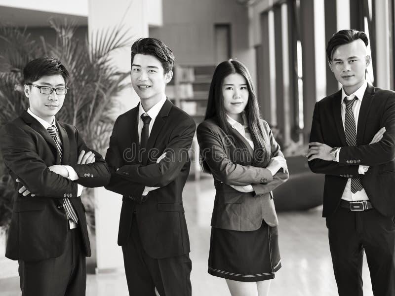 Retrato de un grupo de hombres de negocios asiáticos jovenes imagen de archivo