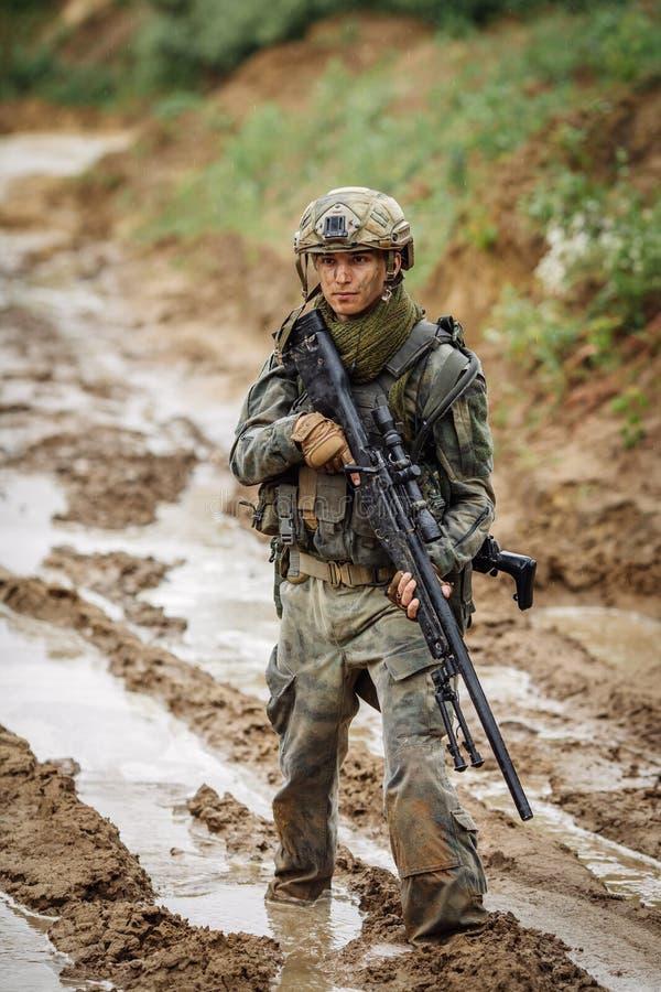 Retrato de un guardabosques en el campo de batalla con un arma fotos de archivo libres de regalías