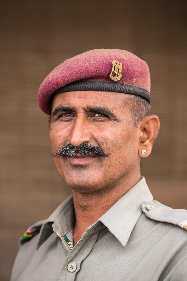 Retrato de un guardia no identificado de los militares imagenes de archivo