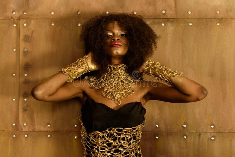 Retrato de un hermoso, de una moda, de una mujer africana atractiva con los labios llenos y de un pelo perfecto, piel imágenes de archivo libres de regalías