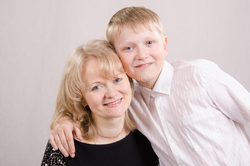 Retrato de un hijo de la madre adolescente fotografía de archivo libre de regalías