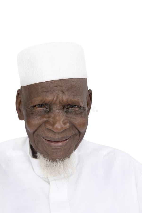 Retrato de un hombre africano de ochenta años que sonríe, aislado foto de archivo