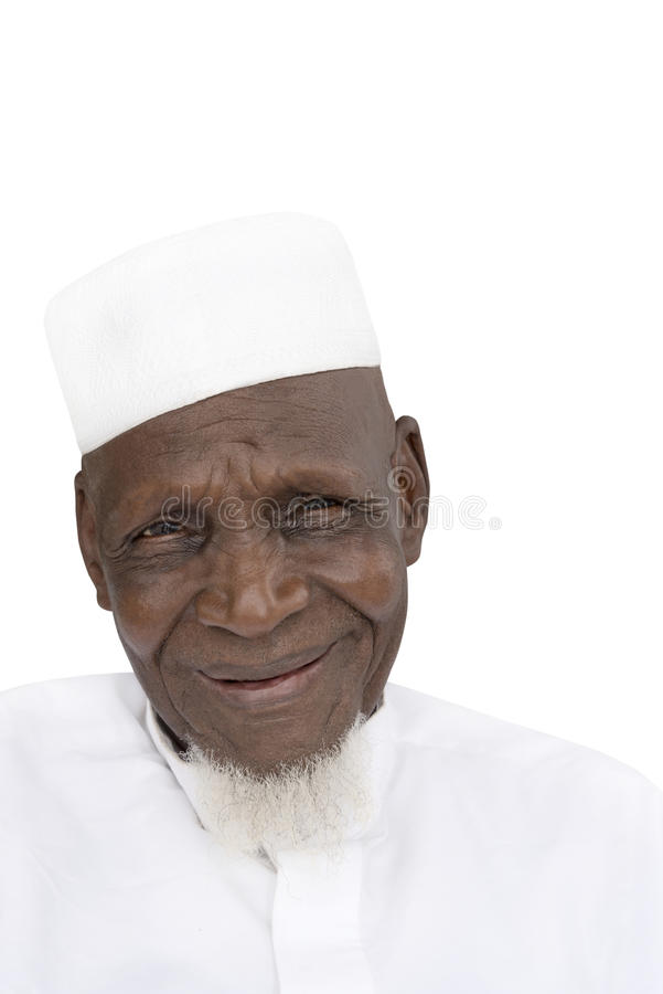 Retrato de un hombre africano de ochenta años que sonríe, aislado imágenes de archivo libres de regalías