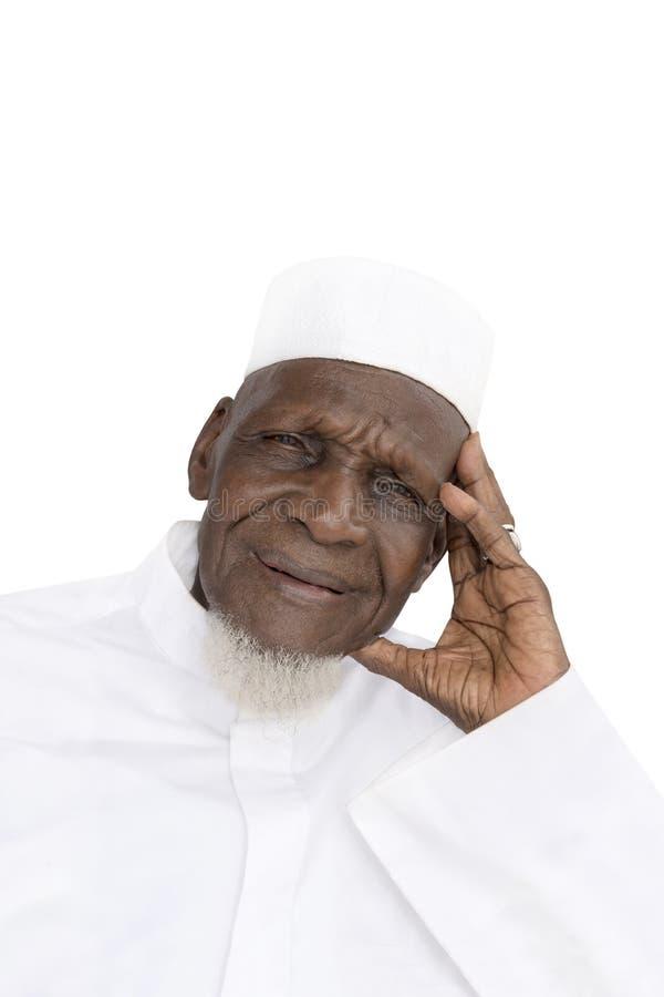 Retrato de un hombre africano de ochenta años que sonríe, aislado imagen de archivo libre de regalías