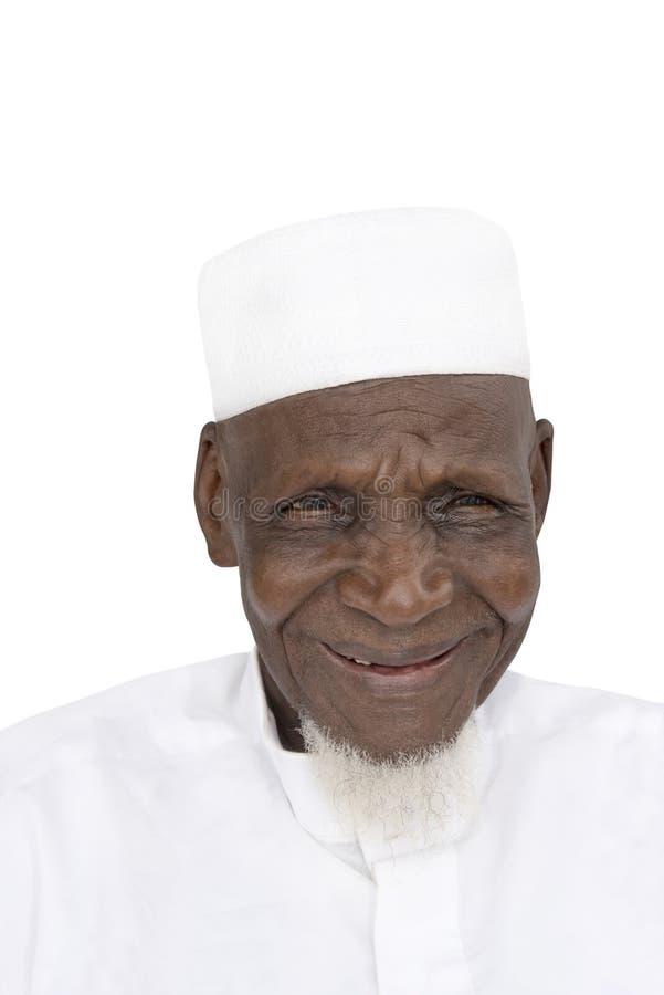 Retrato de un hombre africano de ochenta años que sonríe, aislado fotografía de archivo