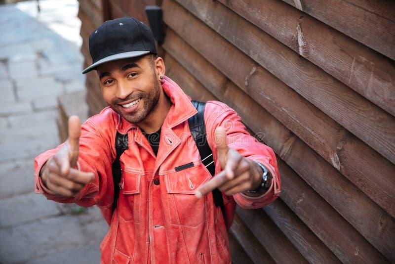 Retrato de un hombre africano positivo feliz en la chaqueta de cuero imágenes de archivo libres de regalías