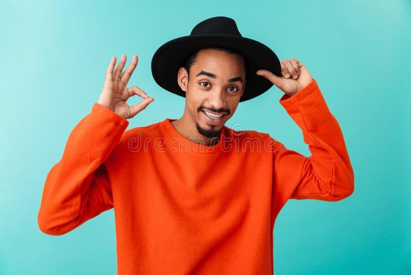 Retrato de un hombre afroamericano joven sonriente en sombrero imágenes de archivo libres de regalías